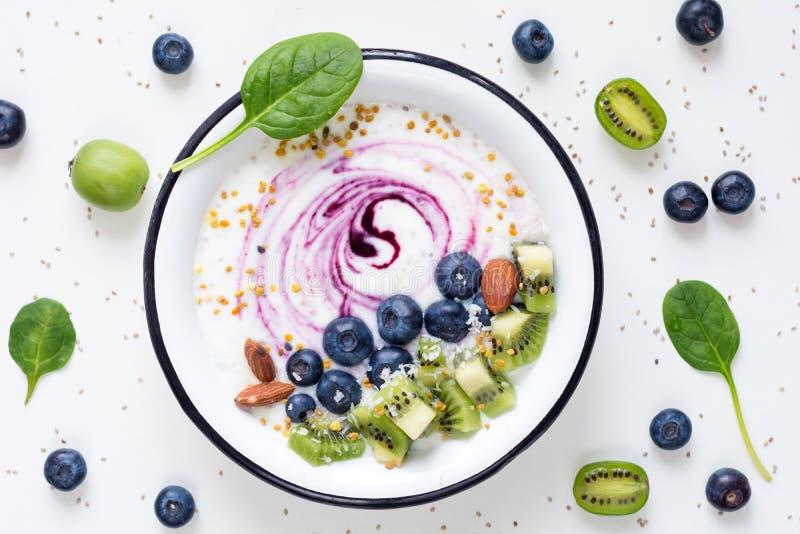 健康食物圆滑的人碗用果子,超级食物早餐 免版税图库摄影