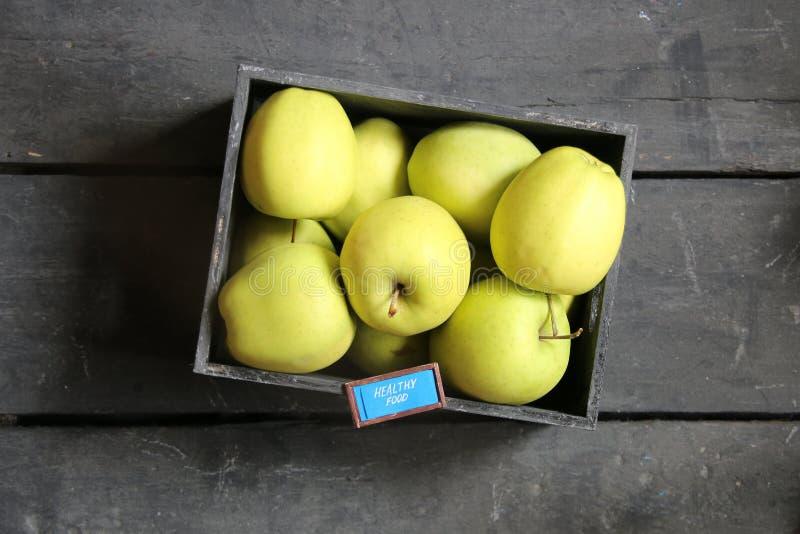 健康食物想法-文本和新鲜的苹果在葡萄酒桌上 库存图片