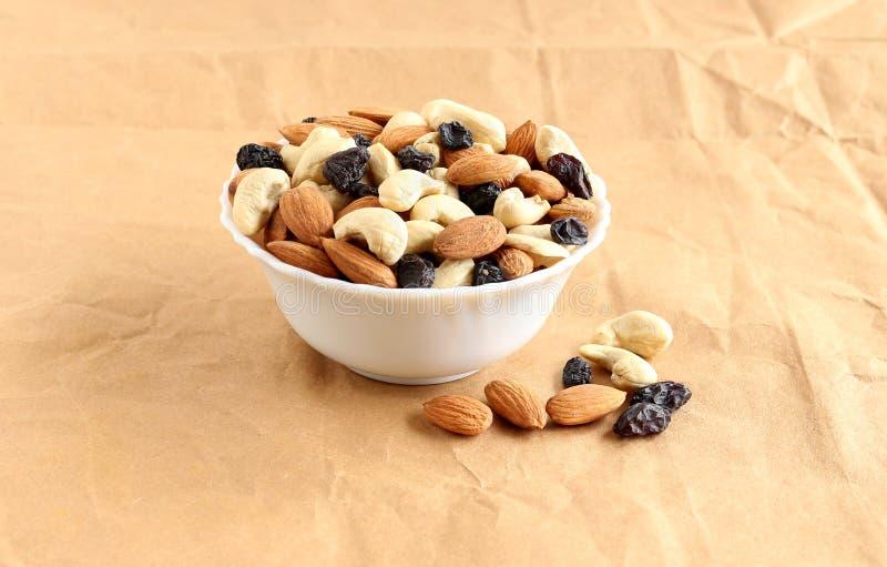 健康食物杏仁、腰果和葡萄干 免版税库存图片