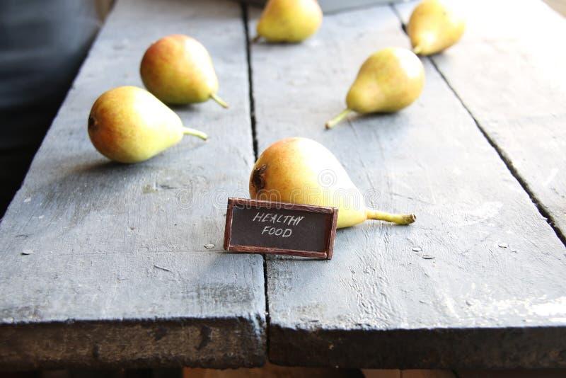 健康食物标记和水多的美味梨 库存图片