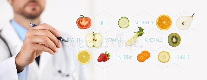 健康食物概念,指向果子的营养师医生的手 免版税库存图片