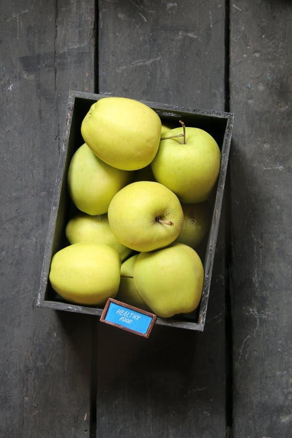 健康食物概念-文本和新鲜的苹果在一张减速火箭的桌上 免版税图库摄影