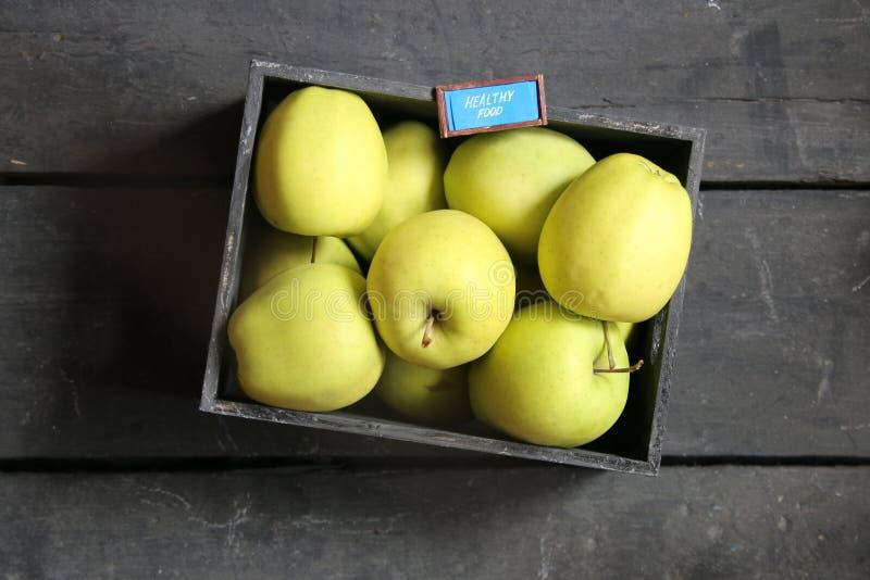 健康食物概念-文本和新鲜的苹果在一张黑桌上 免版税图库摄影