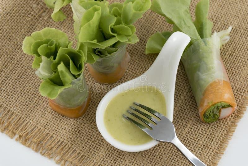 健康食物沙拉卷用螃蟹棍子和菜 吃与海鲜在前妻背景的色拉调味品 库存照片