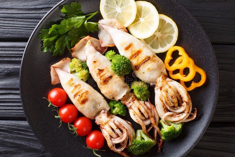 健康食物海鲜:与紧密新鲜蔬菜的烤乌贼 免版税库存图片