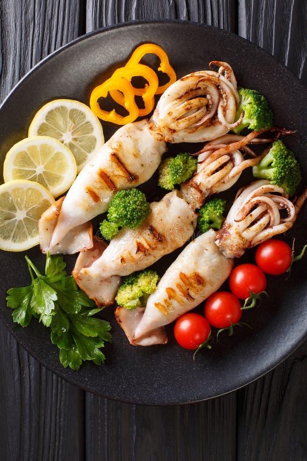 健康食物海鲜:与紧密新鲜蔬菜的烤乌贼 库存照片