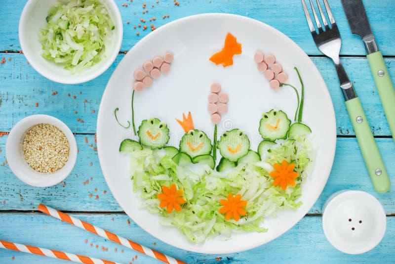 健康食物的孩子的-黄瓜圆白菜沙拉创造性的想法 库存图片