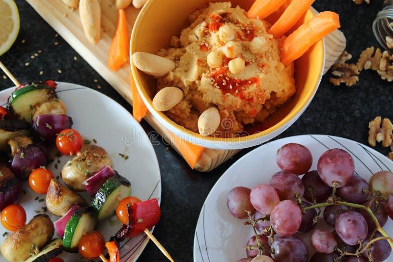 健康食物饭桌 晚餐在家一起,吃水果和蔬菜 免版税库存图片