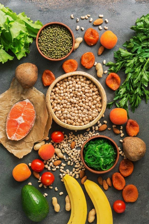 健康食物高在钾 各种各样的豆类、三文鱼、水果、蔬菜、杏干、海草chuka和坚果在a 免版税图库摄影