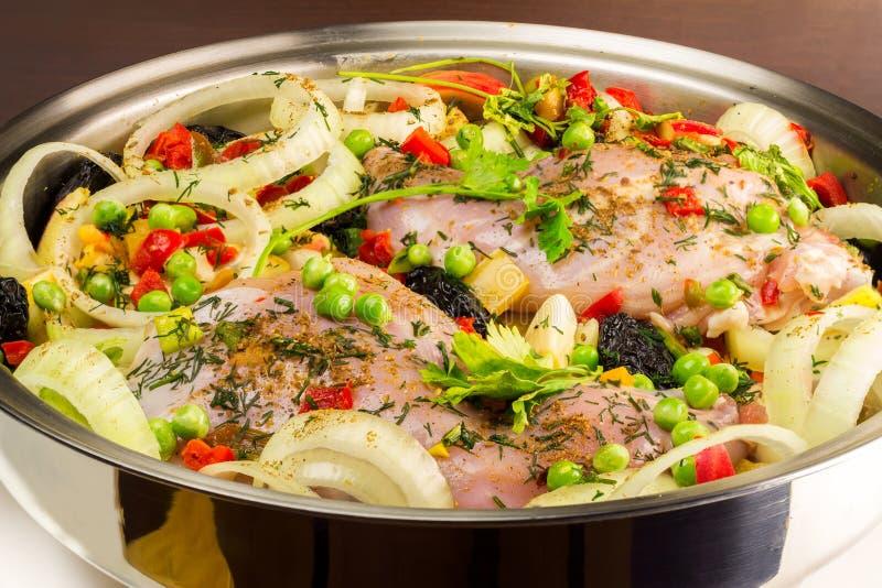 健康食物,与各种各样的菜的未煮过的饮食兔子肉在平底锅,特写镜头视图 库存图片