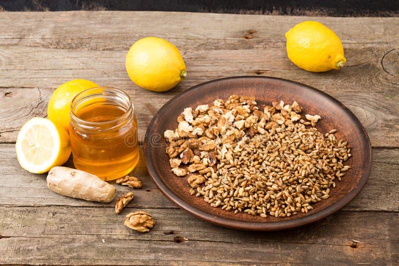 健康食物:柠檬,发芽的麦子,核桃,蜂蜜, g的混合 免版税库存图片