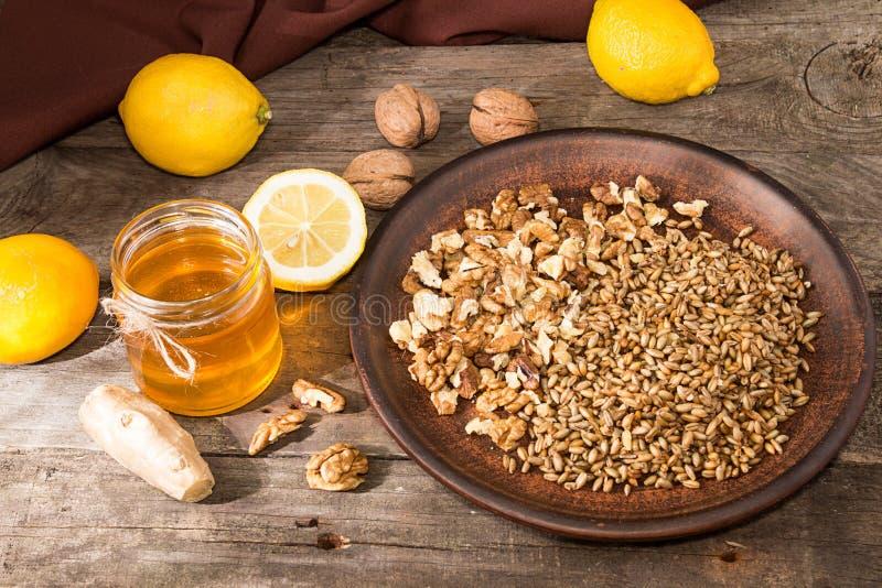 健康食物:柠檬,发芽的麦子,核桃,蜂蜜, g的混合 免版税库存照片