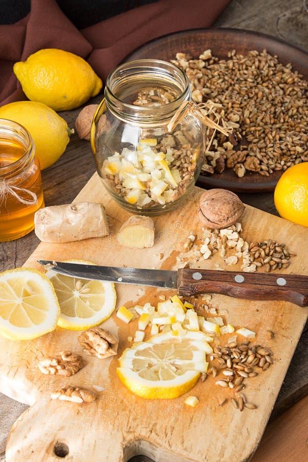 健康食物:柠檬,发芽的麦子,核桃,蜂蜜, g的混合 图库摄影