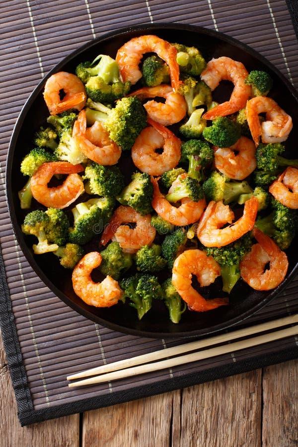 健康食物:混乱与硬花甘蓝特写镜头的油炸物虾 垂直 库存照片