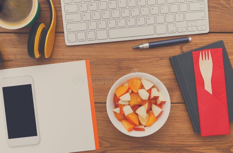健康食物-在工作场所的果子快餐 免版税库存照片