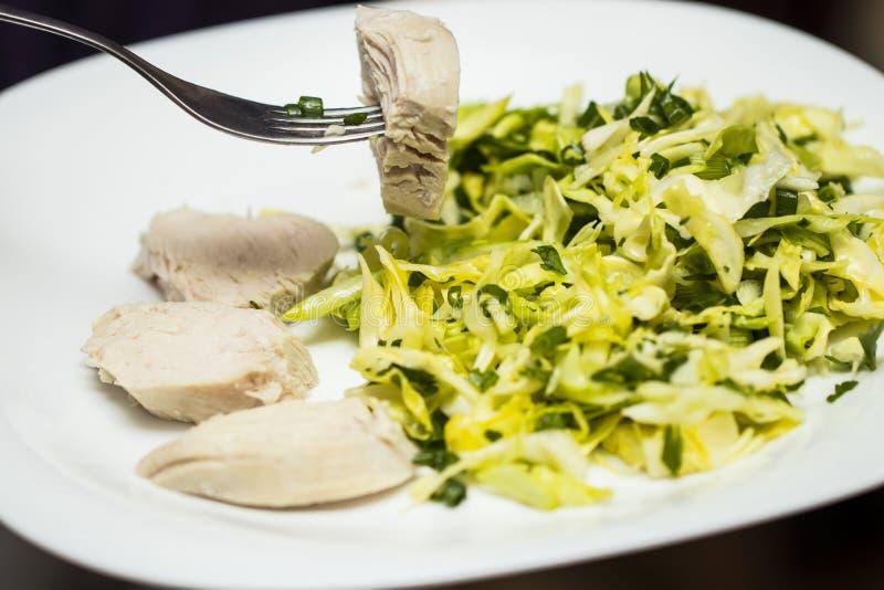 健康食物-有菜的鸡内圆角在板材 免版税库存照片