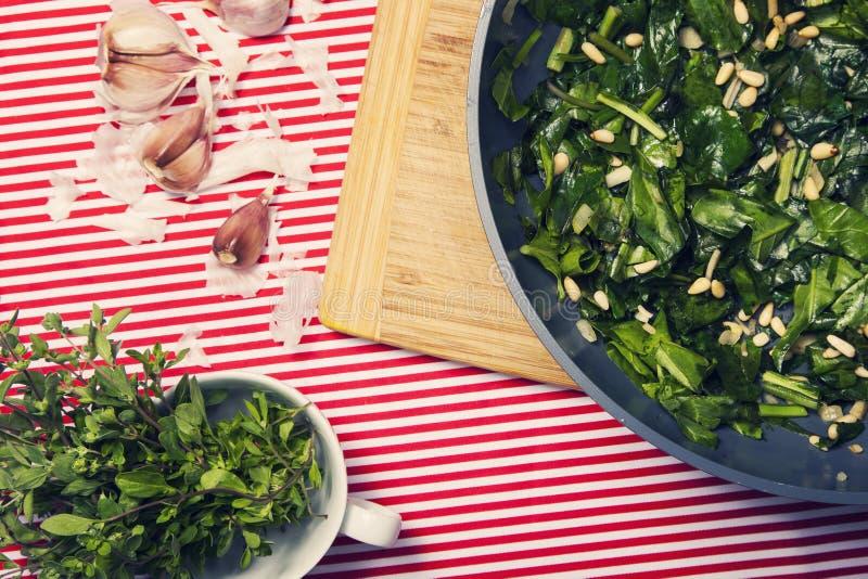 健康食物-素食膳食用菠菜,土豆和他 库存照片