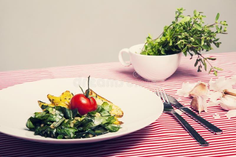 健康食物-素食膳食用菠菜,土豆和他 图库摄影
