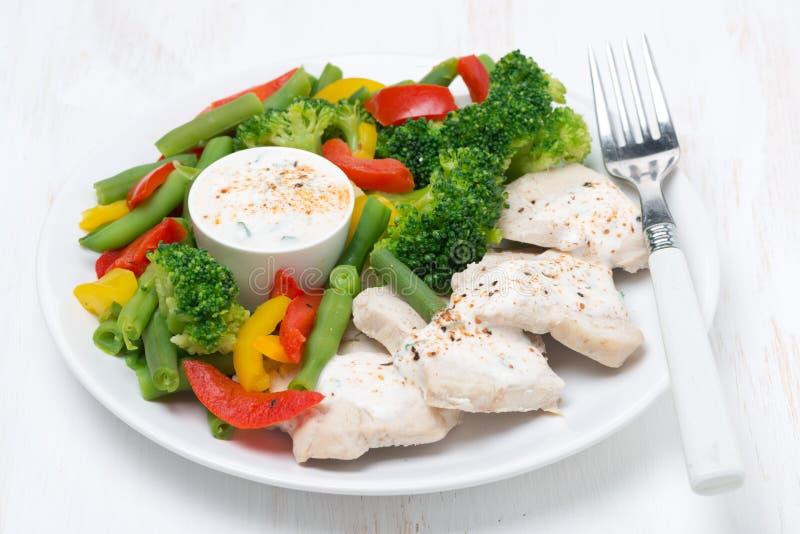 健康食物-鸡、被蒸的菜和酸奶调味汁 库存图片