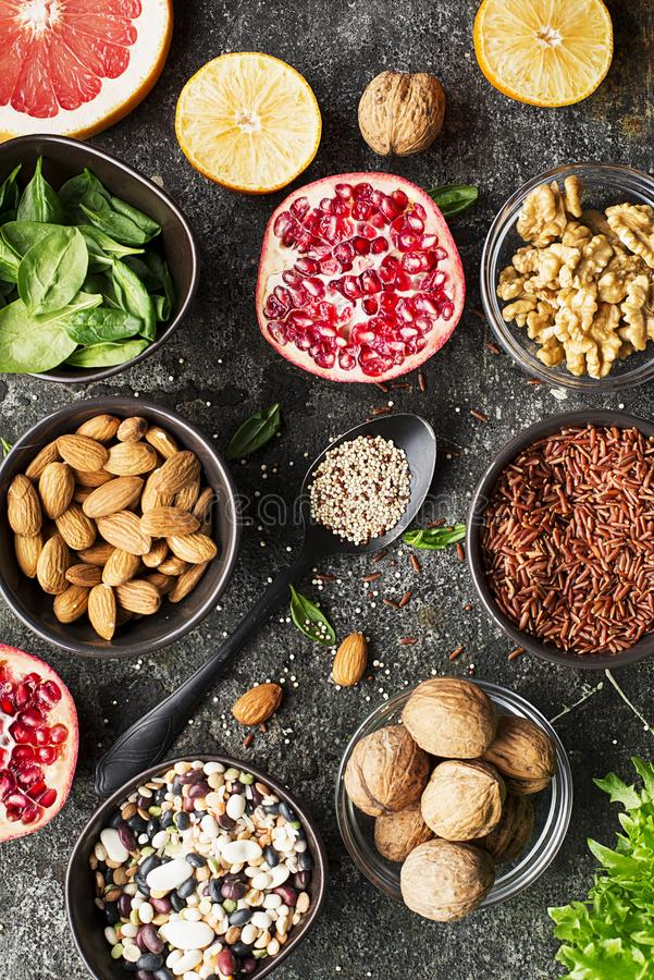 健康饮食的成份草拟的膳食计划:狂放的糙米,奎奴亚藜,菠菜,豆类,桔子,葡萄柚 库存图片