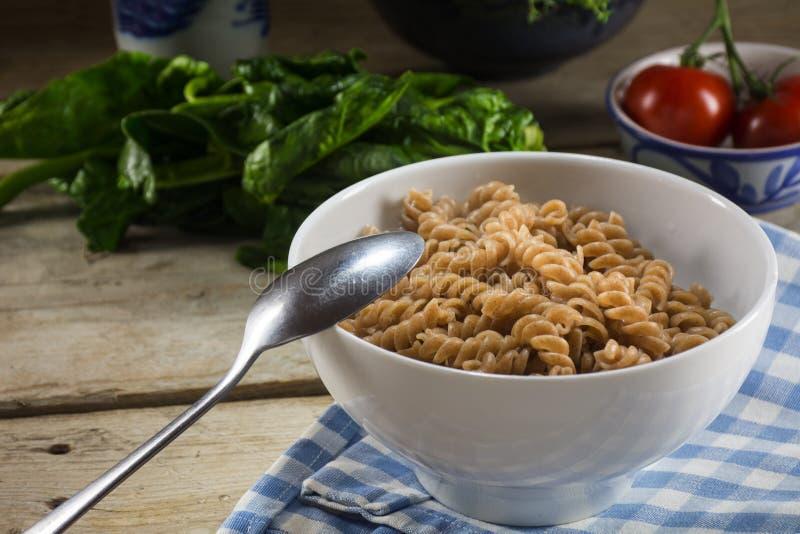 健康整个五谷面团,从整个grai的煮熟的螺旋面条 免版税库存图片