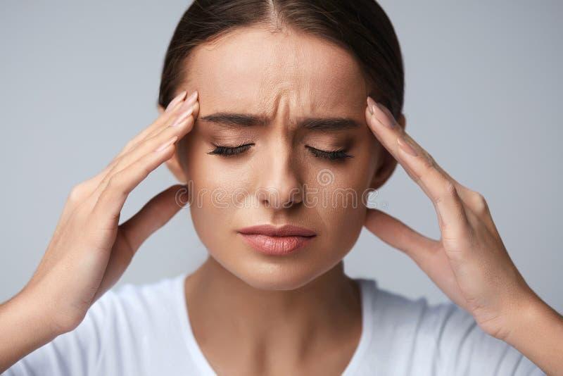 健康 有美丽的妇女强的头疼,感觉的痛苦 库存照片