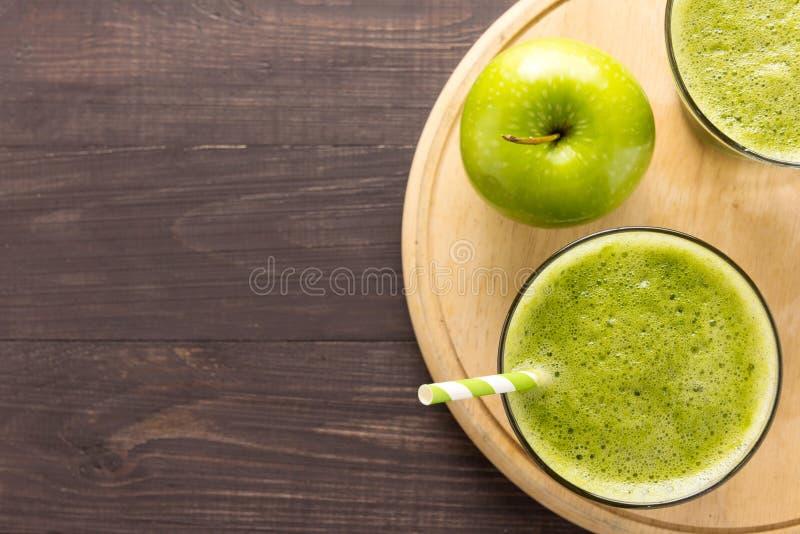 健康绿色圆滑的人用在土气木背景的苹果 图库摄影