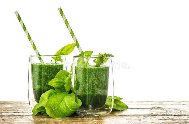 健康绿色菠菜在透明玻璃把圆滑的人留在 免版税库存照片