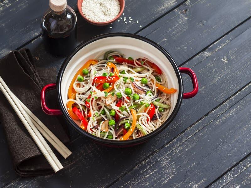 健康素食食物-菜混乱油炸物和米线在碗 库存图片