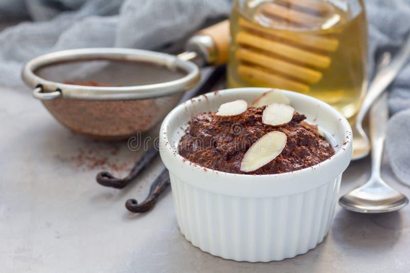 健康素食主义者自创点心用鲕梨,可可粉、香草、蜂蜜和杏仁挤奶,巧克力沫丝淋,拷贝空间 免版税库存照片