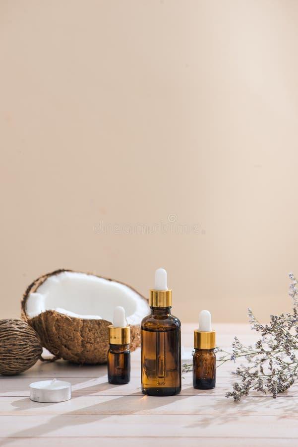 健康skincare 纯净的椰子油由有机椰子被做 库存图片