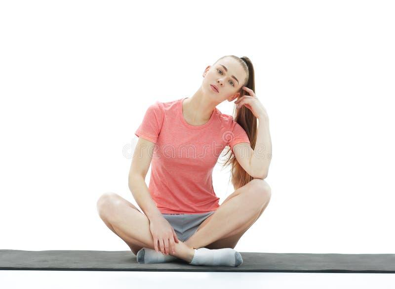 健身、体育、人们和健康生活方式概念-做在莲花姿势的妇女瑜伽凝思在席子 库存图片