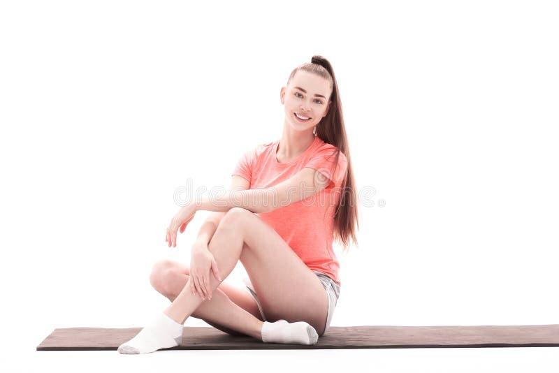健身、体育、人们和健康生活方式概念-做在莲花姿势的妇女瑜伽凝思在席子 免版税图库摄影