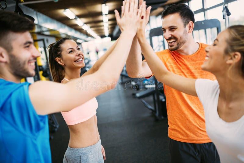 健身、体育、训练、健身房、成功和生活方式概念 库存照片