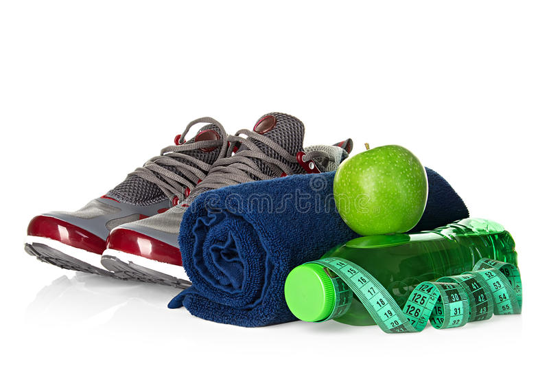 健身、减重概念与运动鞋,绿色苹果、瓶饮用水和卷尺 免版税库存照片