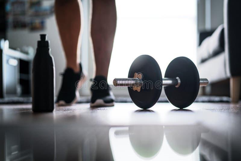 健身、家庭锻炼和重量训练概念 库存照片