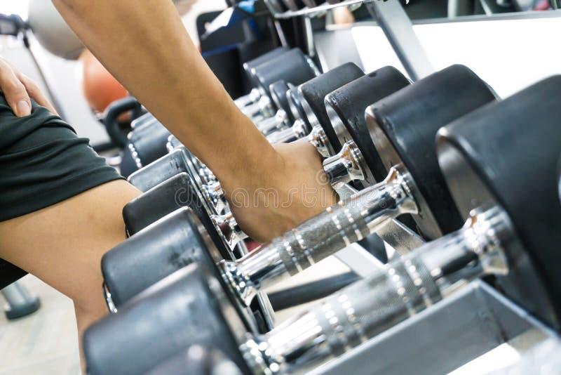 健身人举的重量 免版税库存图片