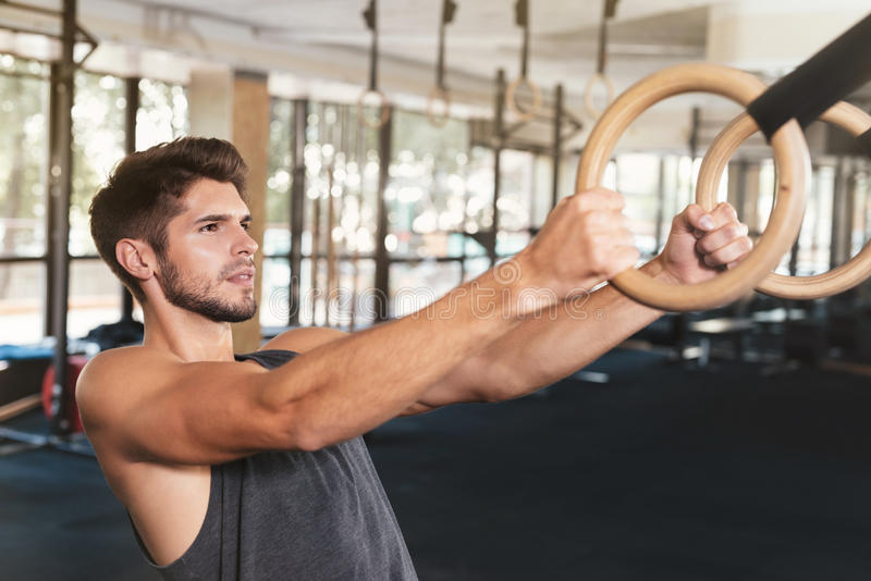 健身人紧贴对圆环 免版税库存图片