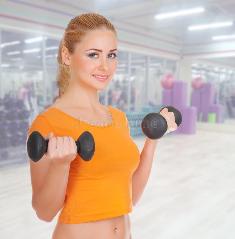健身俱乐部的女孩 免版税库存照片