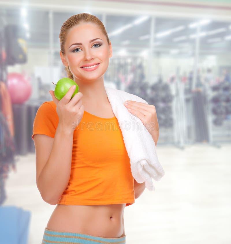 健身俱乐部的女孩 免版税库存图片
