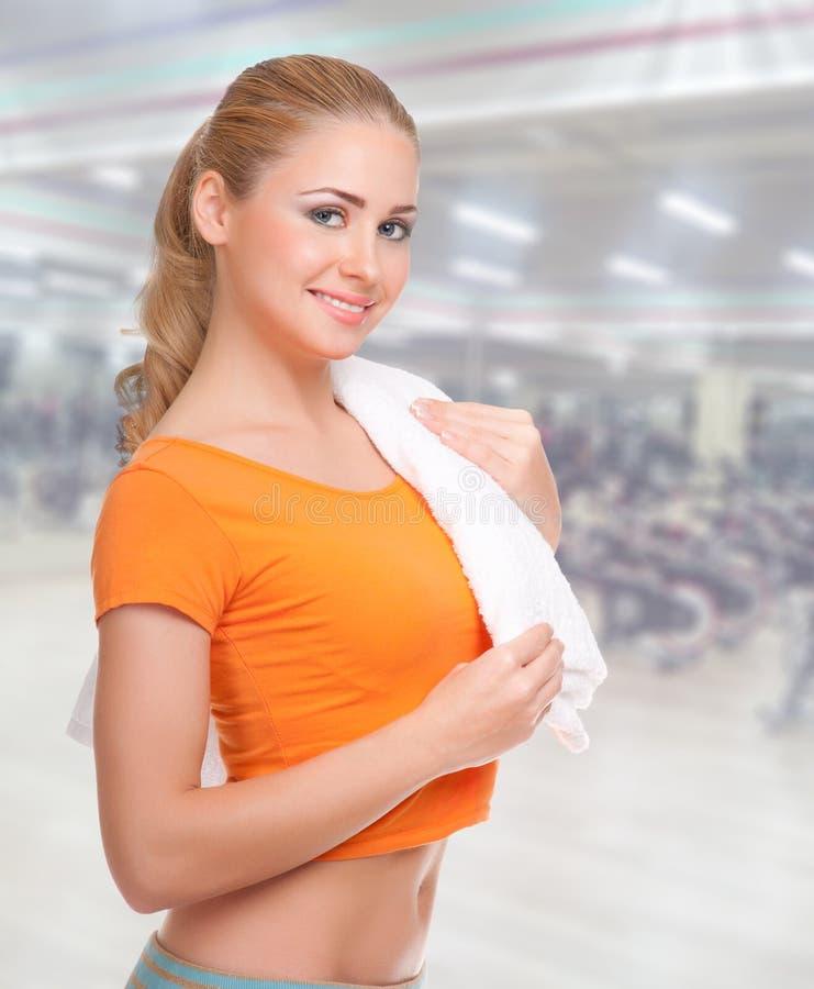 健身俱乐部的少妇 免版税库存照片