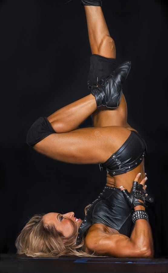 健身冠军执行她的阶段惯例 库存图片