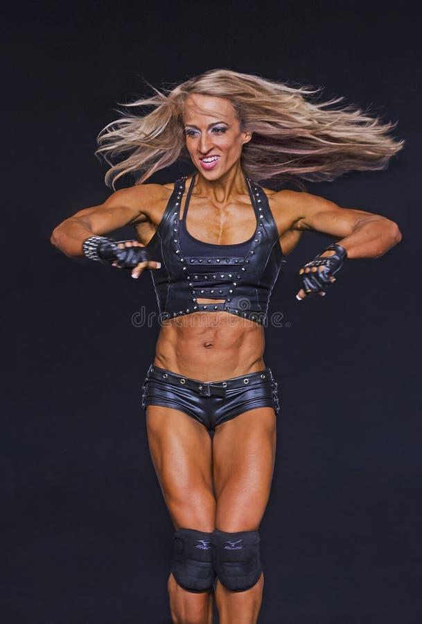 健身冠军执行她的阶段惯例 图库摄影