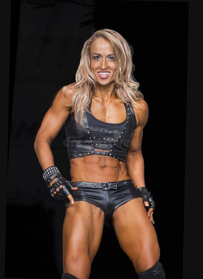 健身冠军执行她的阶段惯例 免版税库存照片