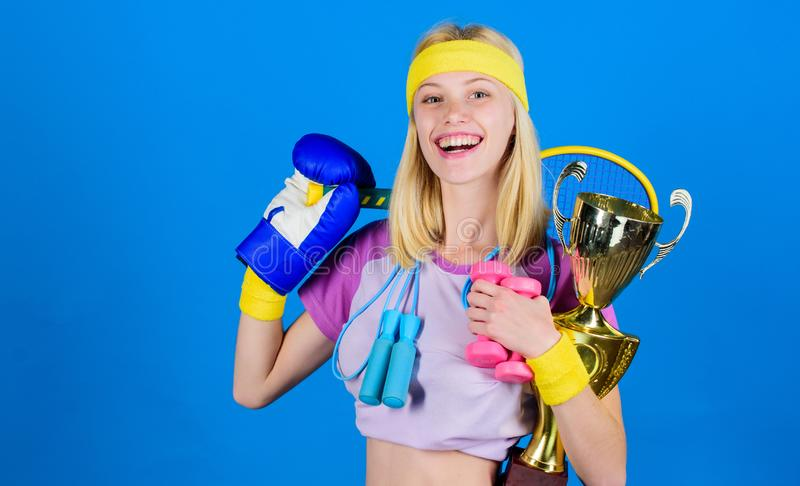 健身冠军 冠军概念 女孩成功的现代妇女举行金黄觚冠军 妇女好在网球 库存照片