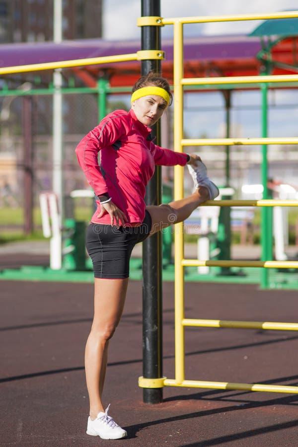 健身和健康生活方式概念 被集中的白种人女性 图库摄影