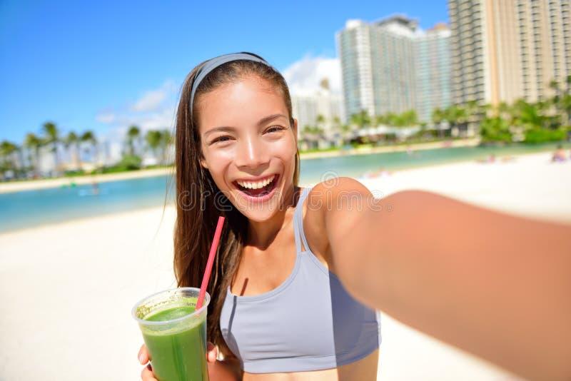 健身喝绿色圆滑的人的selfie女孩 免版税库存照片
