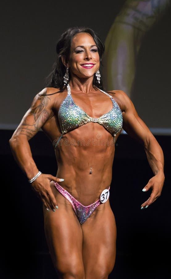 健身在比基尼泳装的秀丽姿势在温哥华比赛 库存图片