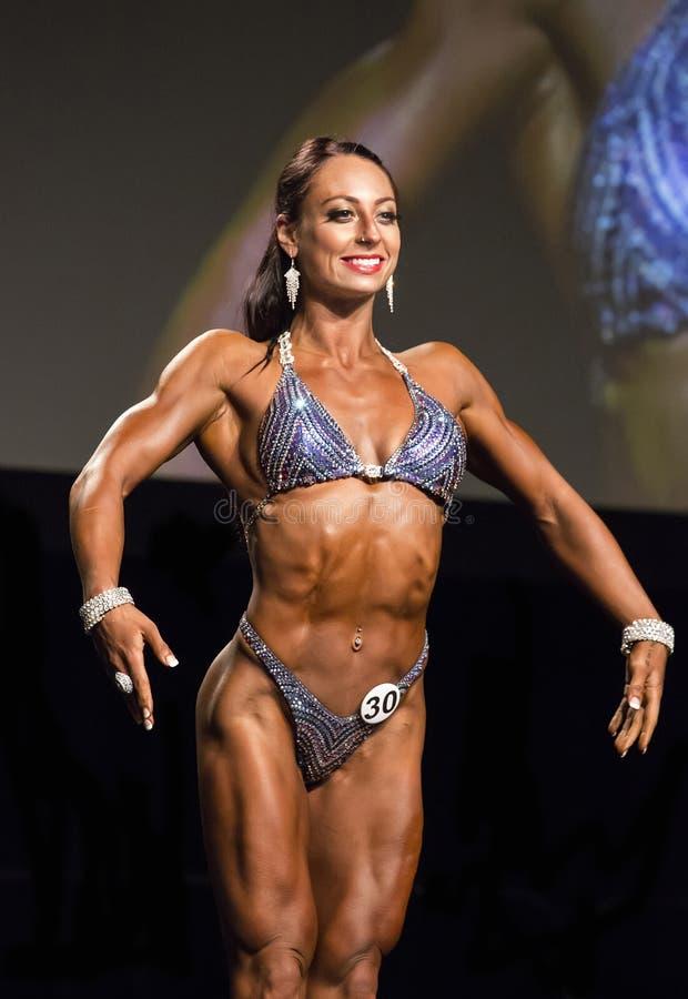 健身在比基尼泳装的秀丽姿势在温哥华比赛 库存照片