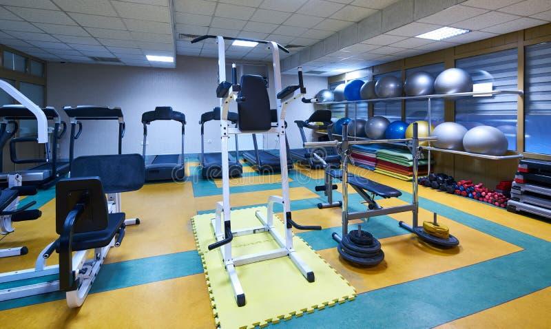 健身大厅健身房的内部 免版税图库摄影